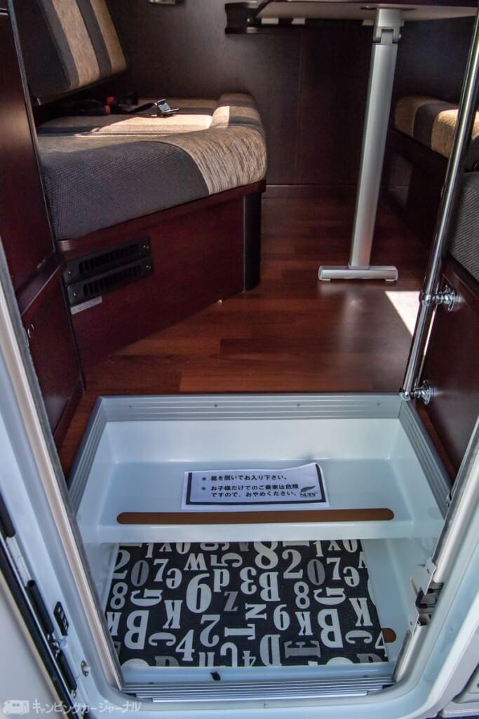 階段ステップは玄関。濡れた靴もここに置ける。雨の日でもフローリングスペースは汚れずに済む