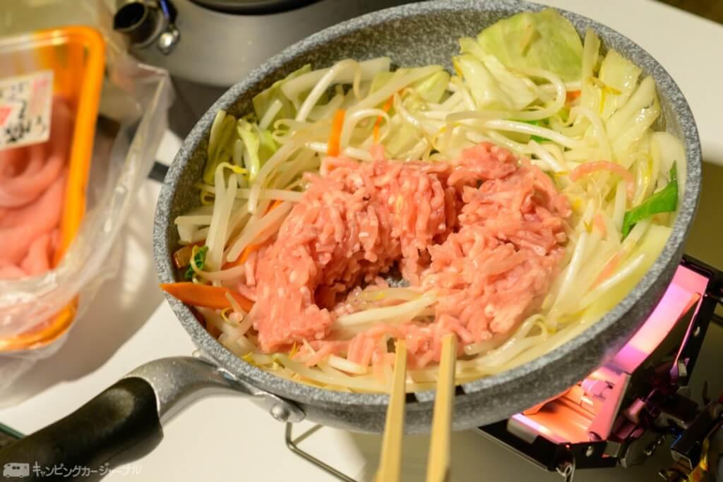 まずはひき肉を利用して料理