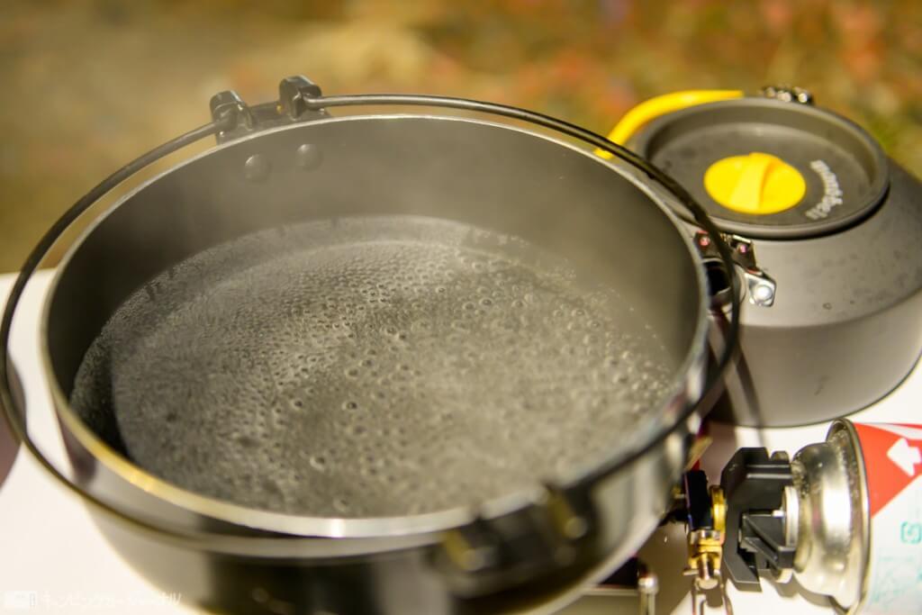 鍋に水をグツグツ