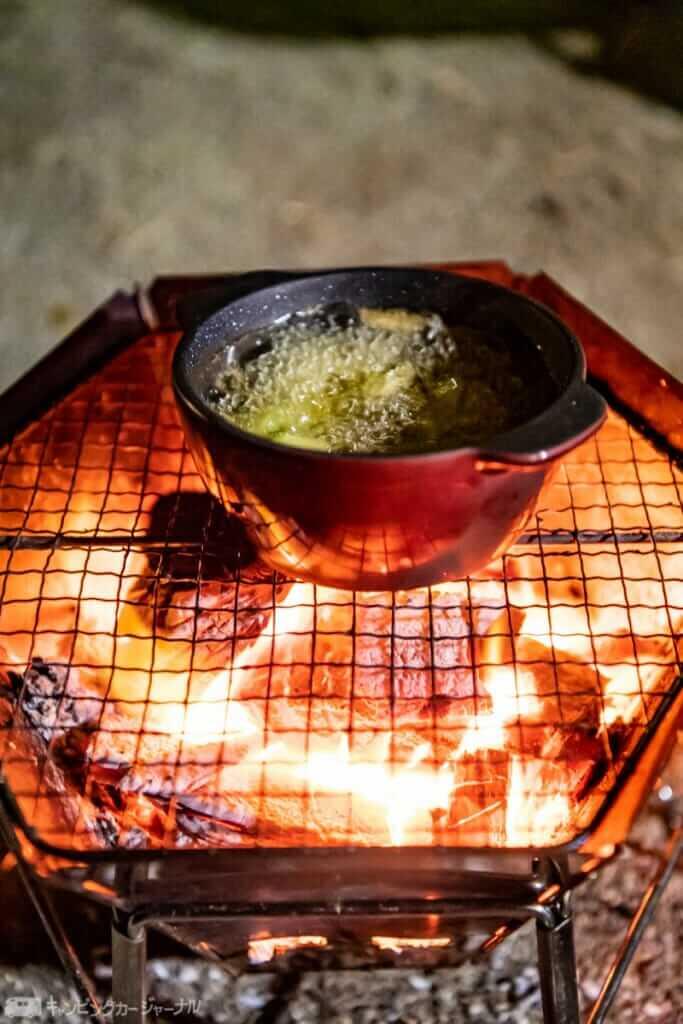 冷凍のエビを入れるので炭火でオイルをあっためちゃいます
