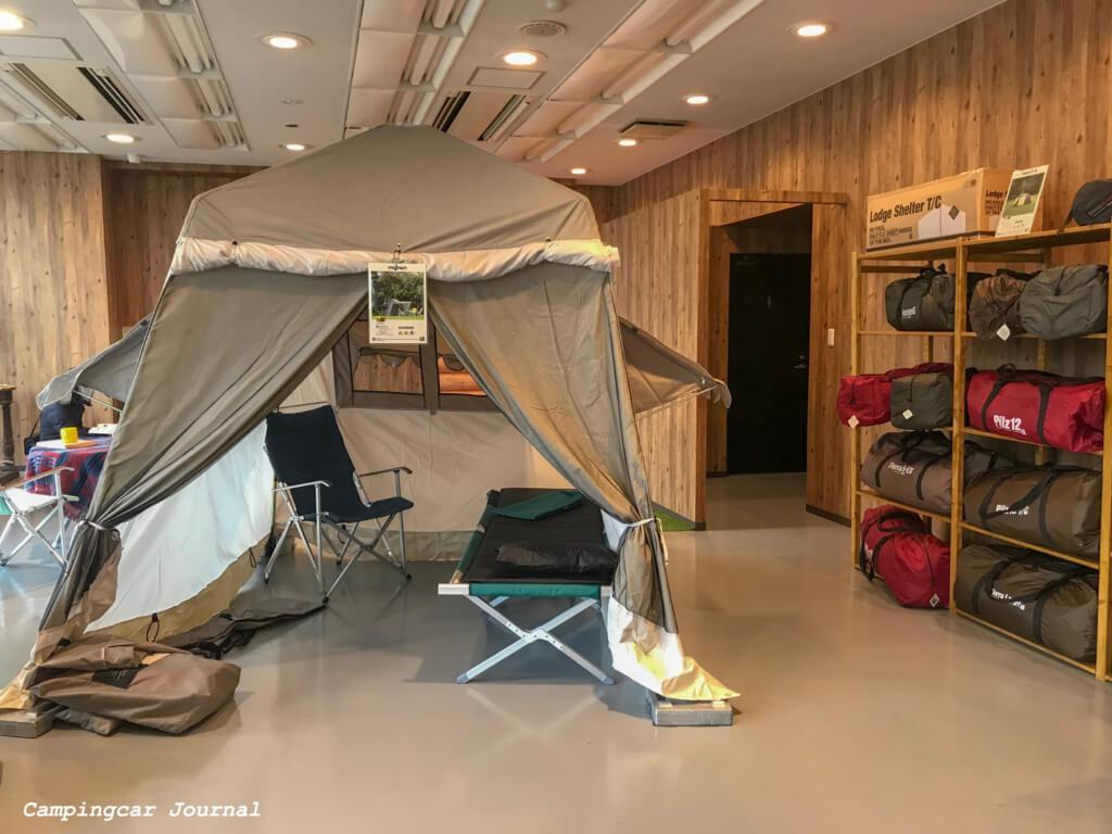 テントとアウトレットテントの棚