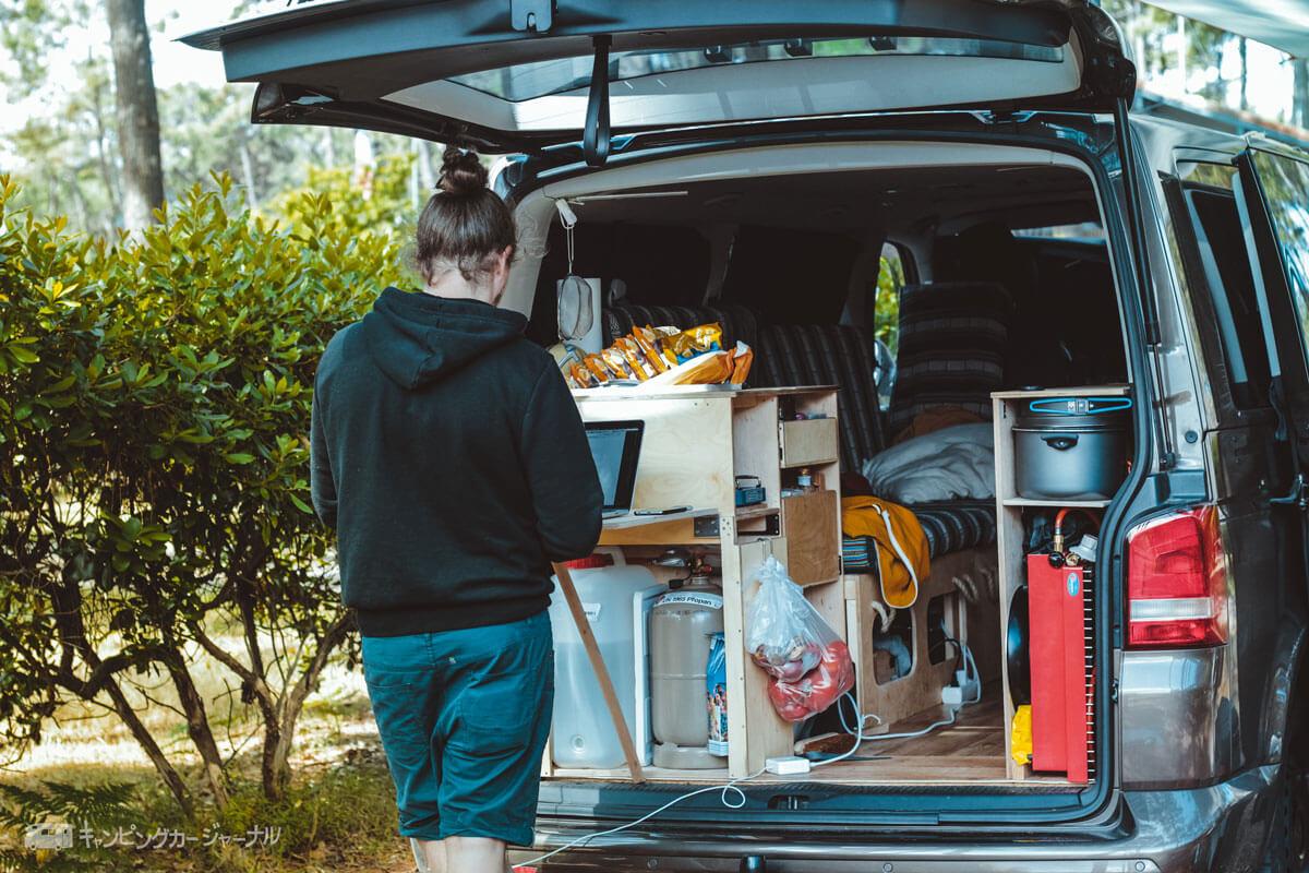 避難所生活のキャンピングカー