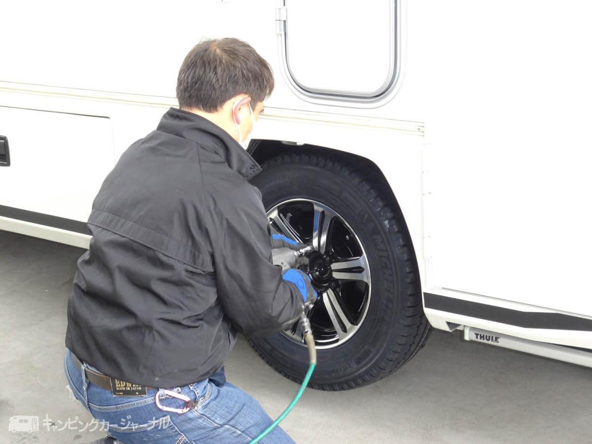 タイヤを締め付け