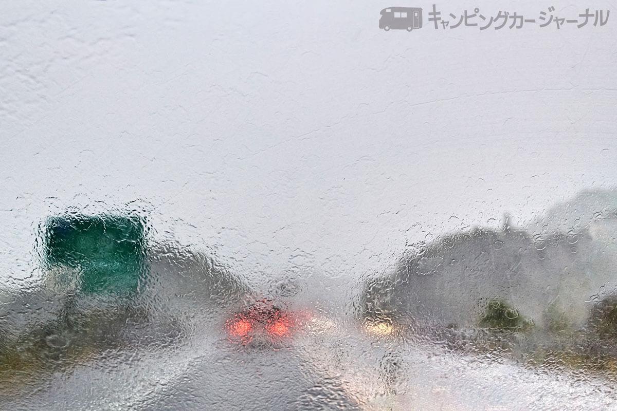 雨の高速道路ドライブ