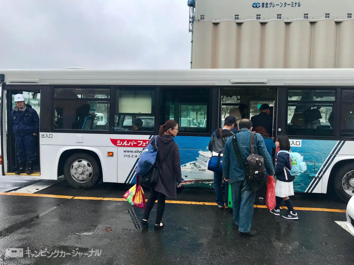 シルバーフェリーに乗り込むためのバス